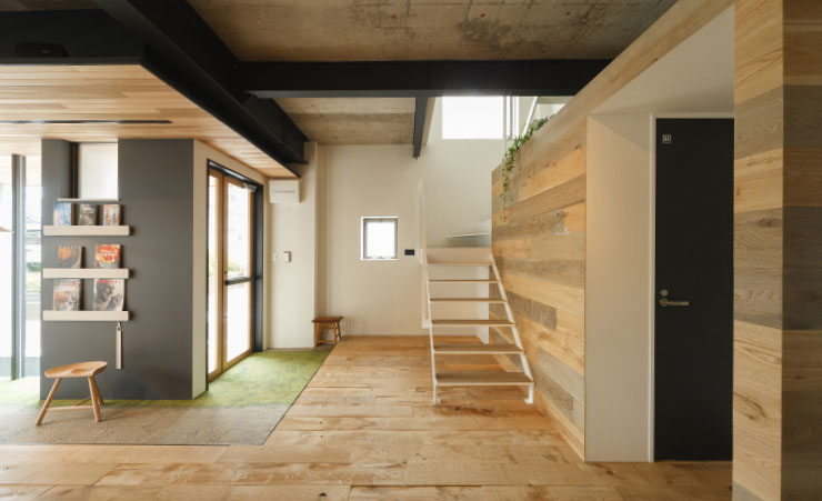 天然木化粧単板貼りの内装用不燃ボード「リアルパネルシリーズ 1」